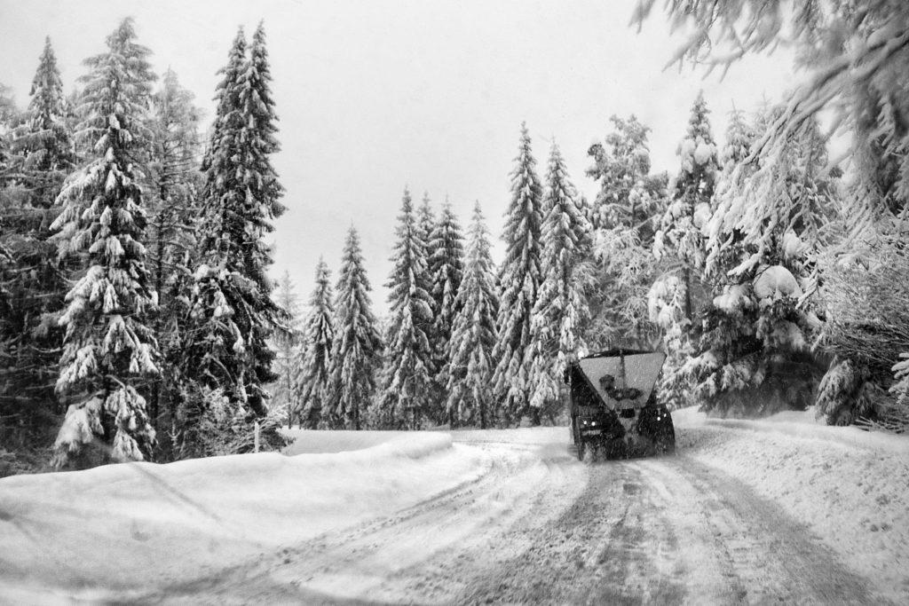 """""""Fale"""" ze śniegu - zdjęcie zrobione z auta Pana ze stopa."""