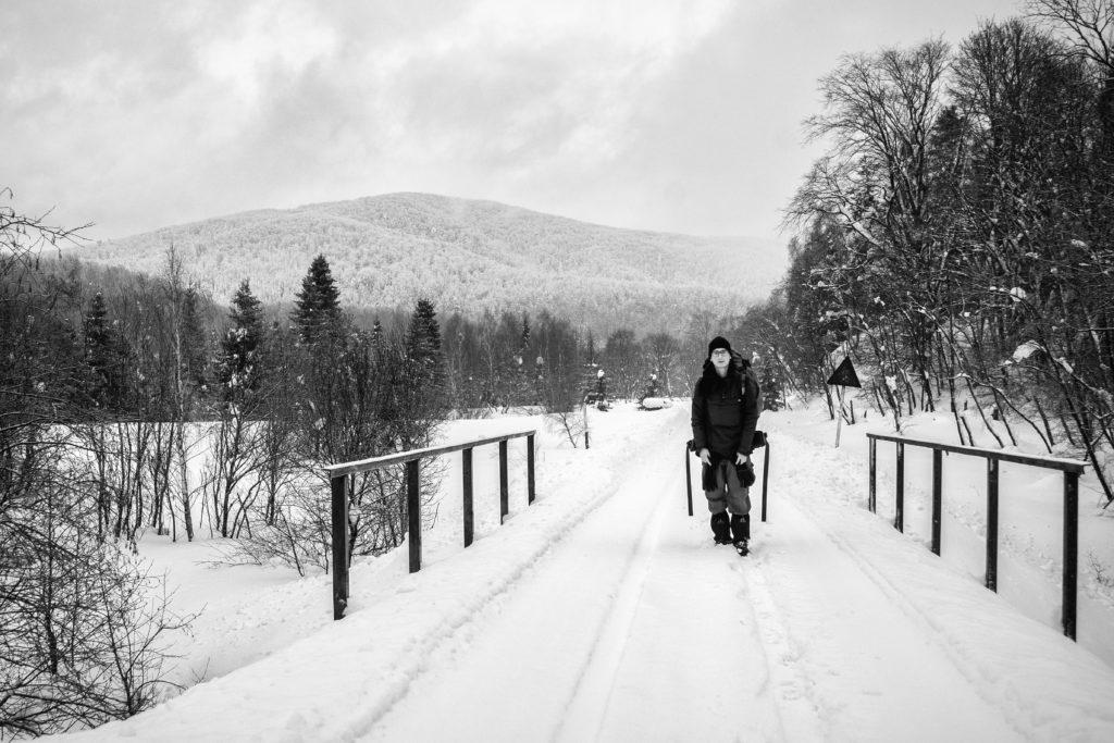 Tomasz na zaśnieżonych torach, również w okolicach Balnicy